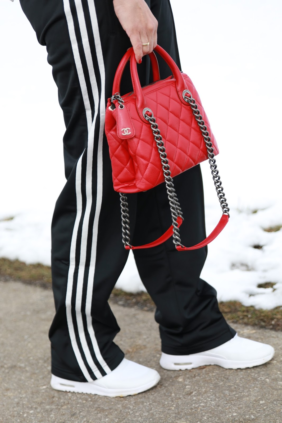 Outfit red Chanel shopping bag