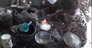Kalau Semalaman Turun Hujan, Satu Keluarga Ini Tidur Sambil Berdiri