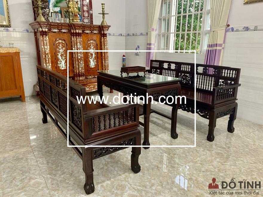 Căn nhà mái thái của gia đình anh Nguyễn Ngọc Thuận tại Sài Gòn được tân trang giữa trường kỷ song tiện và bàn thờ gia tiên