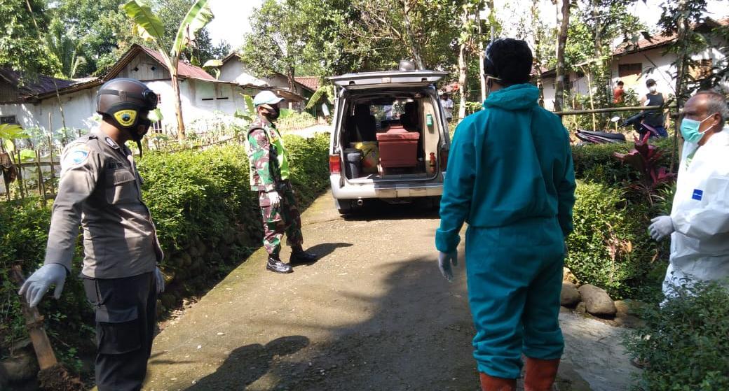 Polisi Polsek Bobotsari Kawal Pemakaman Jenazah Positif Covid-19