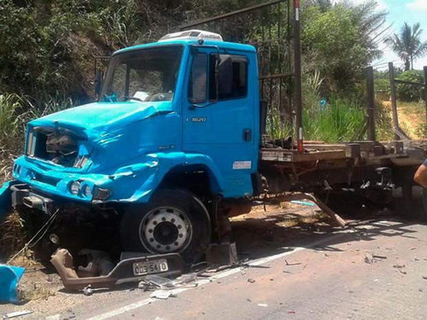 Caminhão envovido no acidente em Teixeira de Freitas (Foto: Divulgação/Teixeira News)