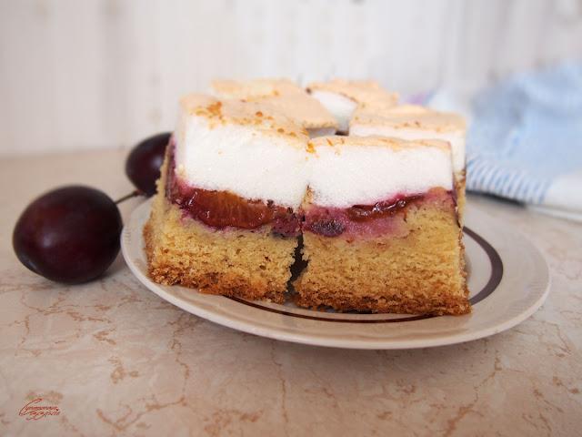ucierane ciasto ze śliwkami i bezą