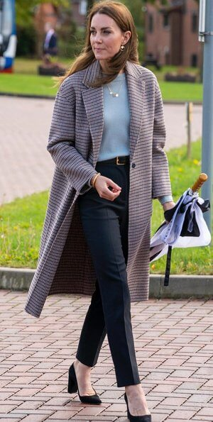 CASA REAL BRITÁNICA Kate-middleton-in-massimo-dutti-coat-and-sweater-10