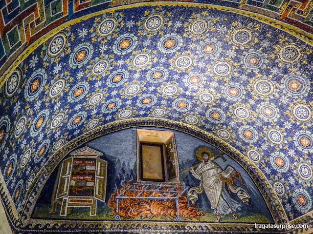 Mosaicos bizantinos no Mausoléu de Gala Placídia em Ravena, Itália