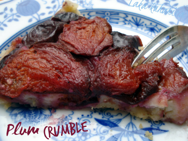 Plum crumble by Laka kuiharica: plums combined with crumbly, flaky shortbread crust.