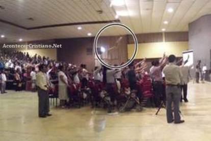"""Foto de la """"mano de Dios"""" en iglesia evangélica"""