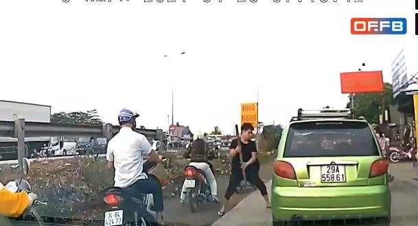Nam thanh niên vác gậy đuổi, đập vỡ kính xe, đấm tài xế tới tấp ngay giữa đường