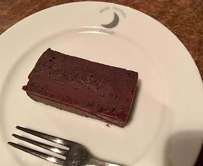 ムーンファクトリーの自家製ミニチョコレートケーキ