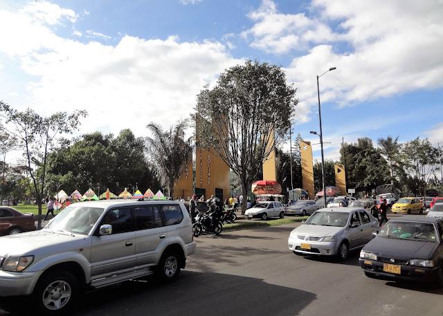 休日に車が混雑するシモン・ボリバル公園