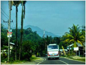 Jalan raya menuju Sembahe Berastagi. Hawa pegunungan yang sejuk dan panorama pegunungan yang indah menjadi teman penghibur dalam perjalanan mengisi liburan dan akhir pekan