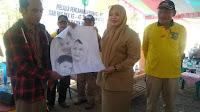 BBGR di Desa Roka Bupati Bima Dihadiahi Lukisan Tangan
