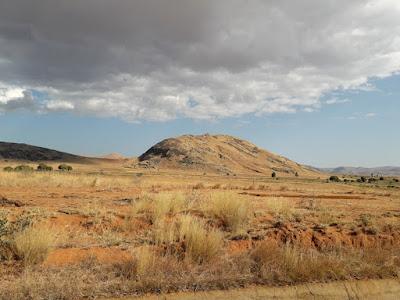 paisajes-deserticos-extensiones-de-tierra-arida-isalo-madagascar
