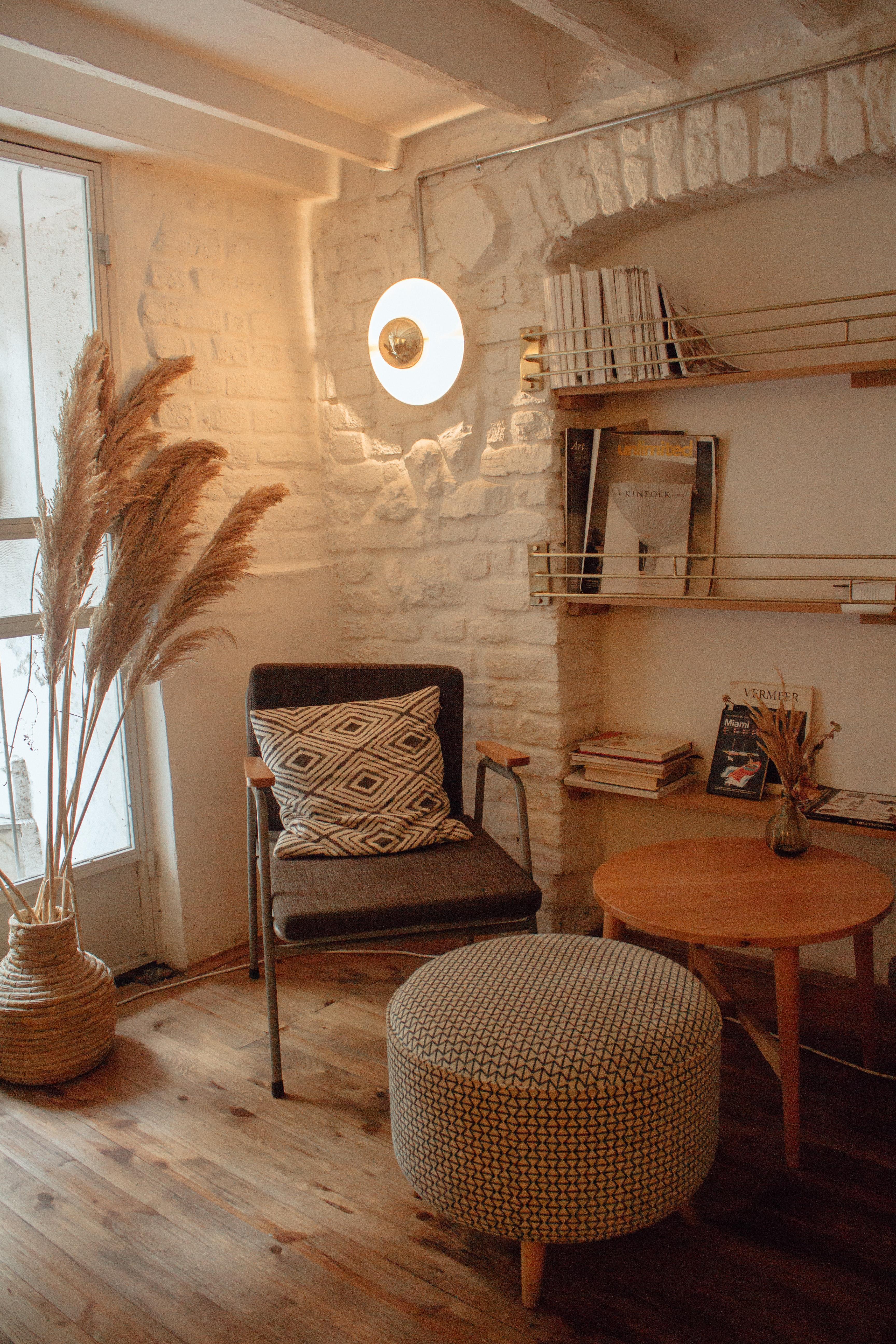 Zo creëer jij een warme uitstraling in huis. Vooral een houten vloer en zachte materialen werken hierbij