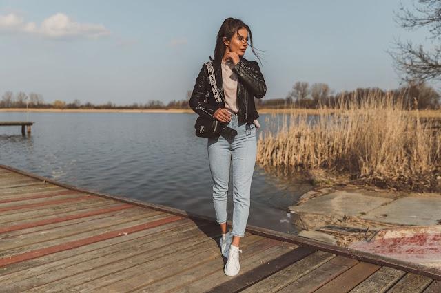 Codzienny look z pudrowym swetrem  - Czytaj więcej