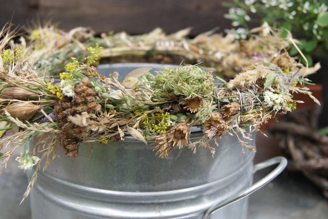 Sommerkranz aus Gräsern und Blüten vom Wegesrand auf Zinktopf