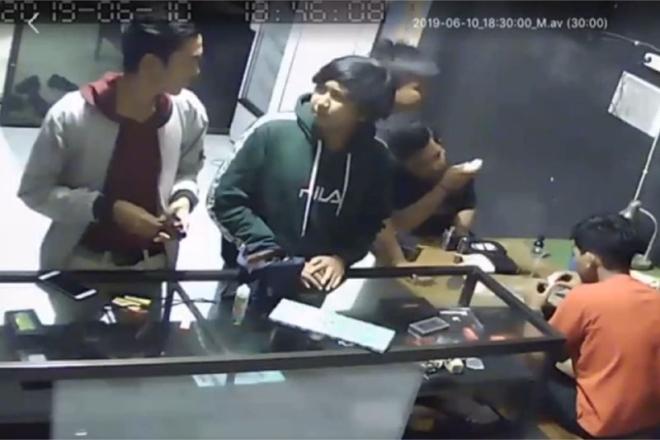 Aksi Pencurian di Bone Terekam CCTV, Pelaku Sikat Liquid di Toko Vapor