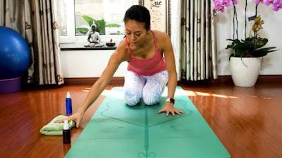 Hướng dẫn người dùng tự vệ sinh thảm tập yoga đúng cách