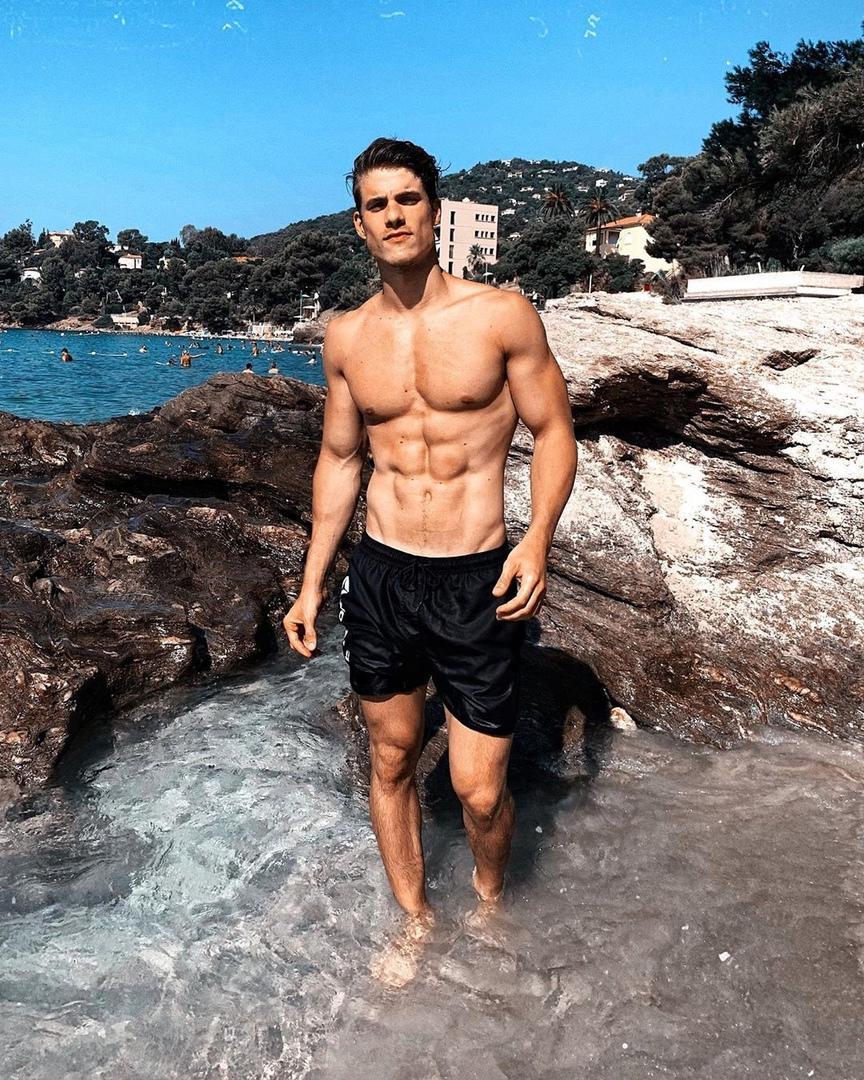 wet-shirtless-dude-beach-sea-beautiful-transparent-water-sixpack-abs-body