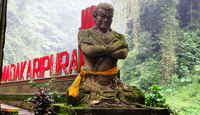 Patung Gadjah Mada di Air Terjun Madakaripura