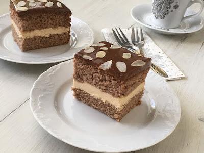 Ciasto biszkoptowe z kremem i polewą czekoladową