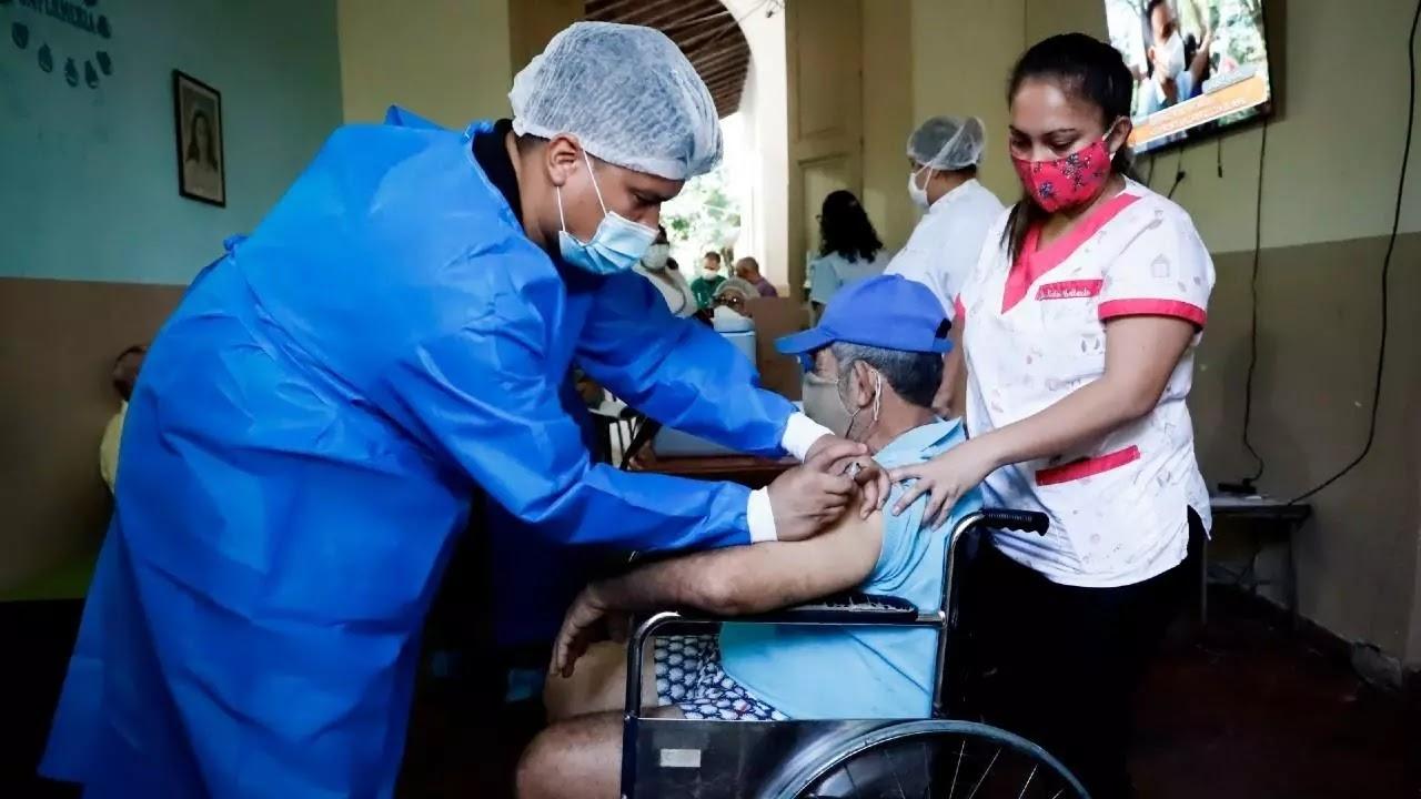 Paraguay inició la vacunación a los adultos mayores de 80 años en plena saturación sanitaria
