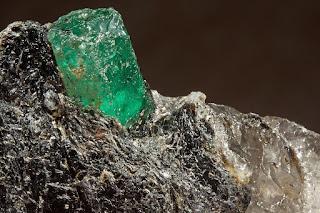esmeralda na matriz de quartzo e mica-flogopita
