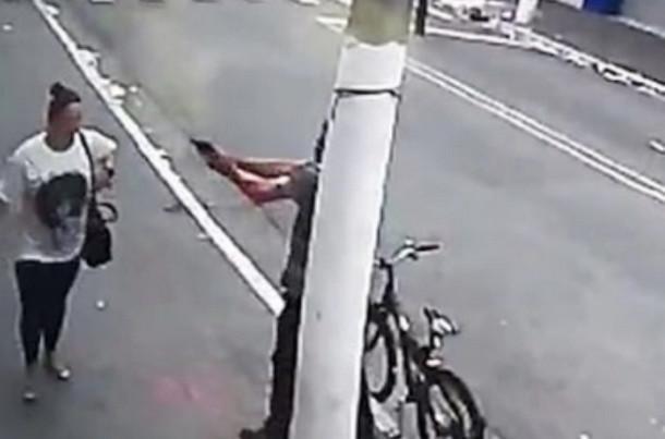 مشهد مروع.. مسلح يقتل امرأة في وضح النهار خلال ثوان وسط الشارع