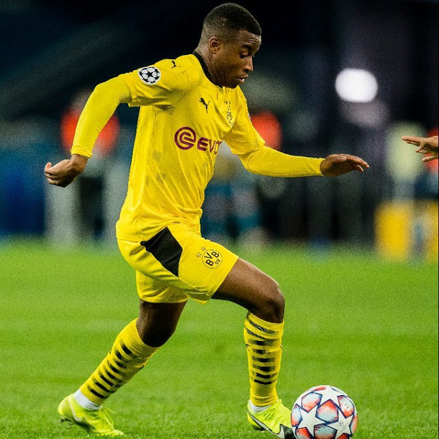 Dortmund wonderkid Youssoufa Moukoko with ball on the field