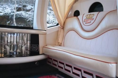 Interioarul masinii caleasca folosita la nunti