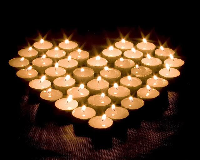 Afbeelding met waxine lichtjes in hartvorm
