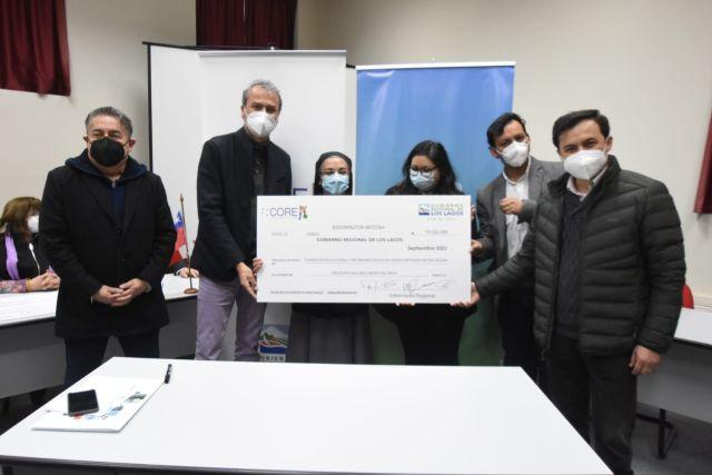 Gobernador Regional Patricio Vallespin entrega cheque