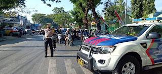 Kasat Lantas Polres Gowa Terjun Langsung Mengatur Arus Lalu Lintas Pada Momen Dirgahayu TNI ke 75