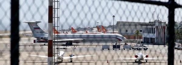 Dois aviões da Força Aérea da Rússia aterrissaram no principal aeroporto da Venezuela, neste sábado, carregando um oficial russo de Defesa e quase 100 tropas, de acordo com um jornalista local, em meio ao fortalecimento de laços entre Caracas e Moscou.