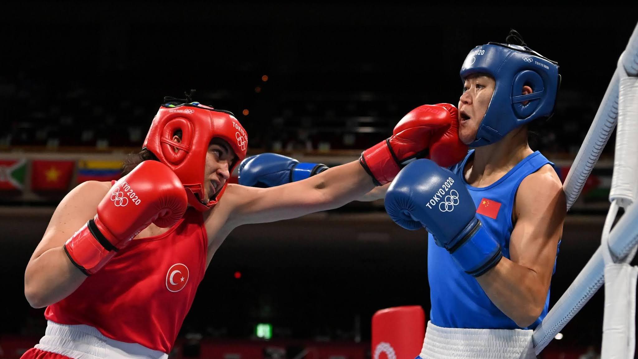 Lutadoras de Turquia e China se enfrentando no boxe olímpico