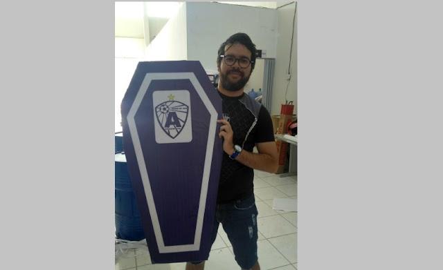 Radialista diz está sendo ameaçado após foto segurando 'caixão' do Atlético de Cajazeiras