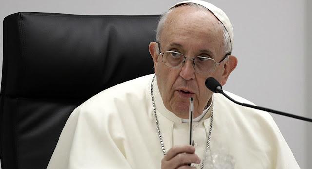 البابا فرنسيس يدعو الأسر لتبادل الحديث على المائدة بدلا من الانشغال بالهواتف