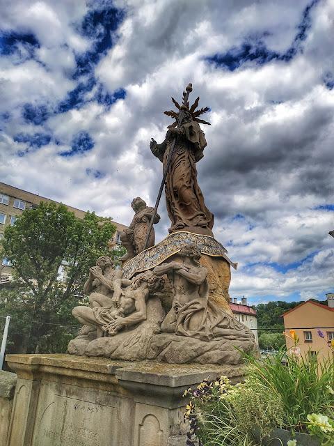 figury na moście, widok na gotycki most na Młynówce