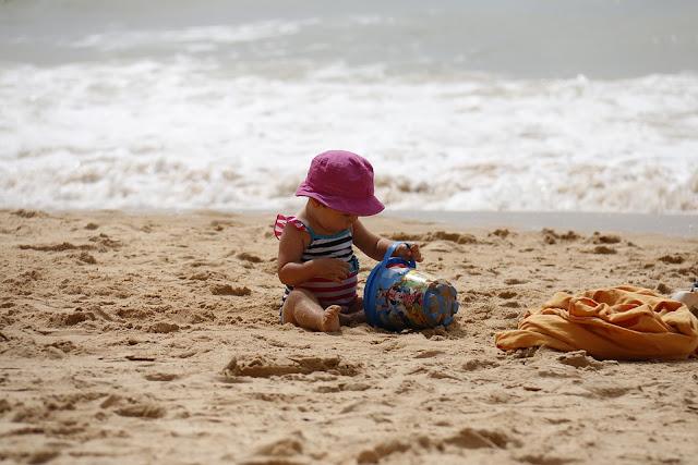 kanak-kanak-seronok-main-pasir-pantai