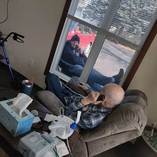 Su padre está en cuarentena y él va y lo visita todos los días… solo por la ventana