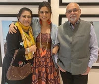 ridhi dogra with here Parents