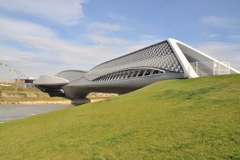 جسر مشاة معرض سرقسطة اكسبو 2008 في اسبانيا من تصميم زها حديد