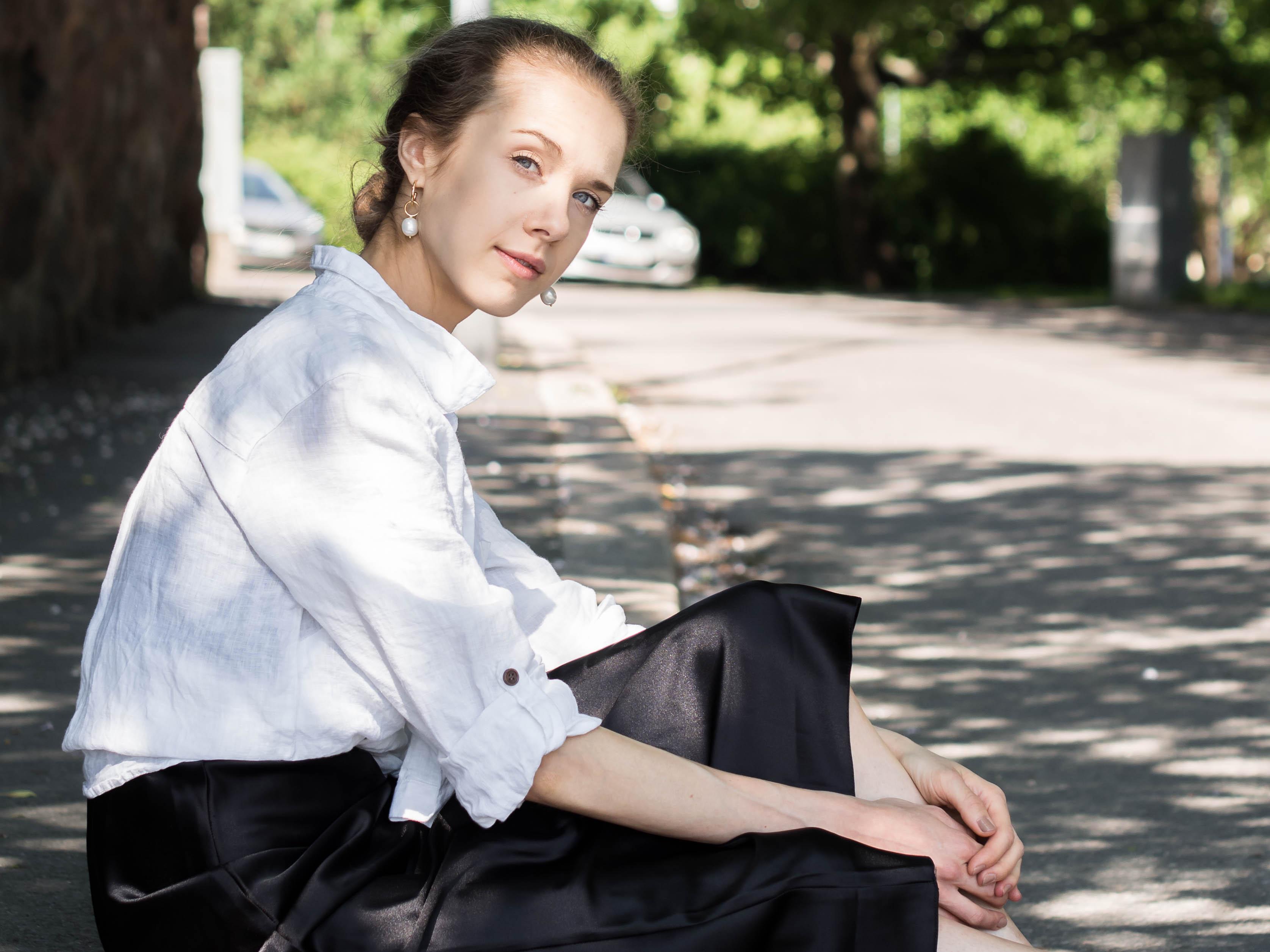 Black slip dress and white linen shirt outfit - Musta silkkimekko, pellvapaita, asuinspiraatio, kesämuoti, bloggaaja
