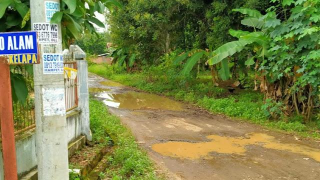 Warga Kelapa 7 Minta Pemerintah Pedulikan Jalan Lingkungan Yang Rusak Parah