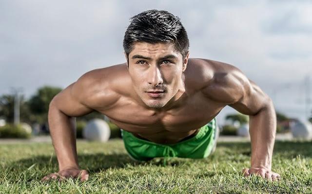 seorang pria tampan sedang berolahraga push up