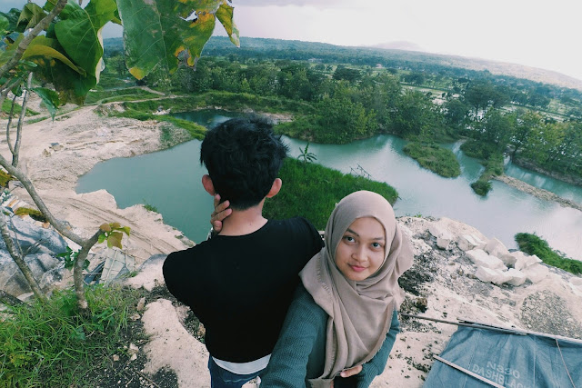 Foto berdua romantis sepasang kekasih di danau indah