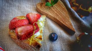 crostini dolci con crescenza e fragole