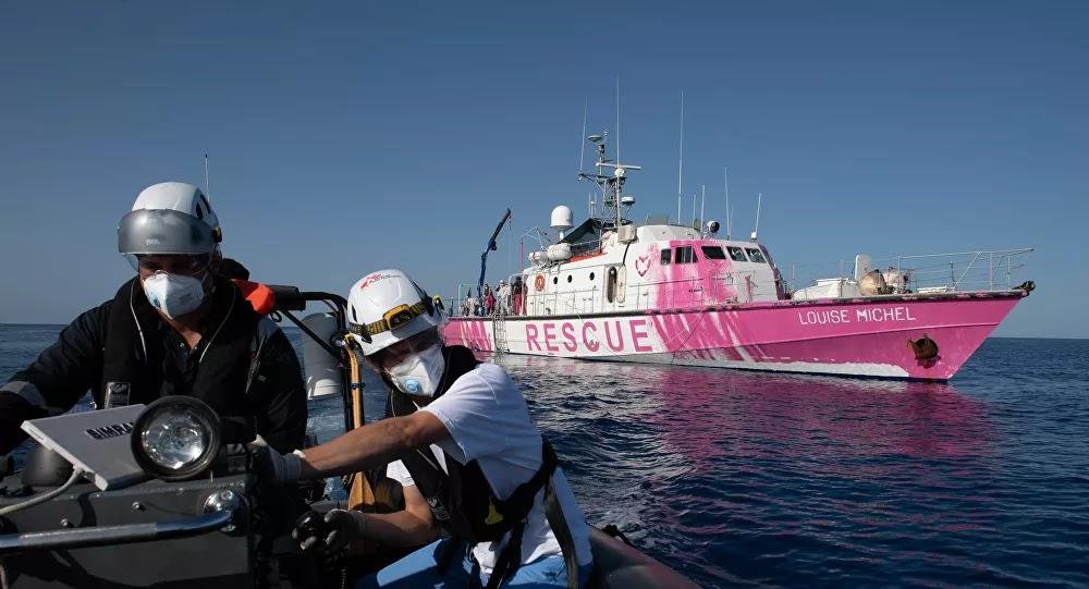 """Le street-artiste """" Banksy """" affrète secrètement un navire en Méditerranée pour secourir les migrants"""