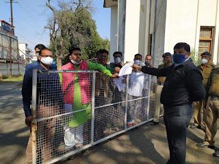 निजी स्कुलो की मनमानी एव लूट के खिलाफ अभिभावक कल्याण संघ उतरा सड़क पर