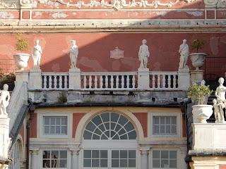 ジェノヴァのMuseo di Palazzo Realeのバルコニーから見る王宮の装飾