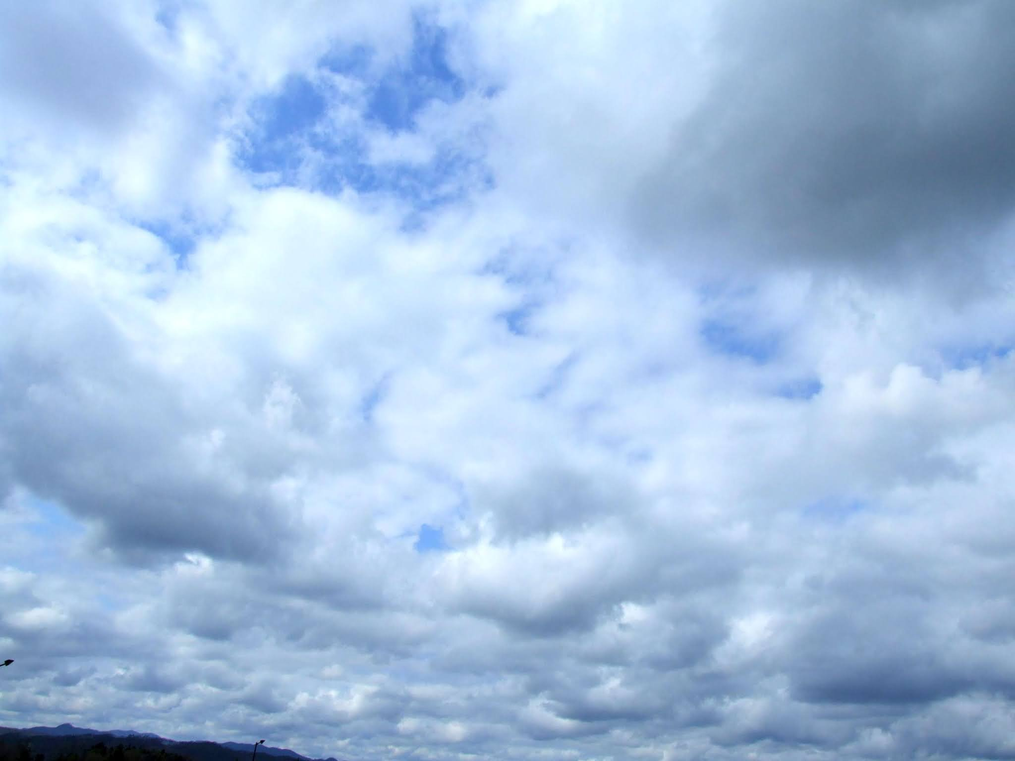 青い空にもくもくとした白い雲の写真素材です。
